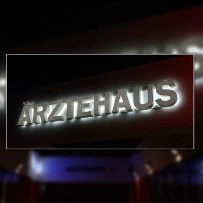 Ärtzehaus Leuchtbuchstaben Nacht