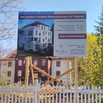 Bauschild mit Unterkonstruktion aus Holz