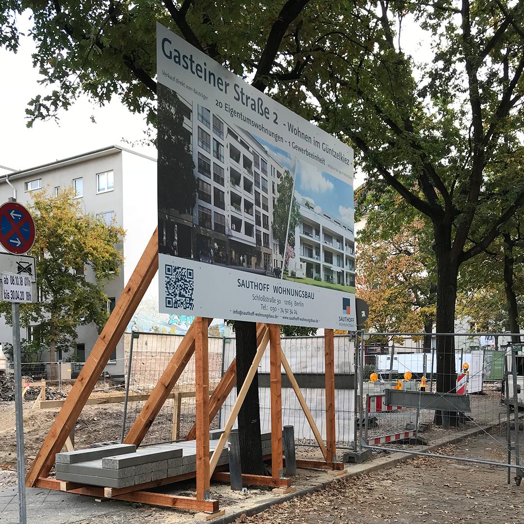 Bauschild mit Unterkonstruktion aus Holz und Ballastierung