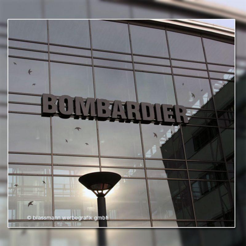 Außenwerbung mit beleuchteten Buchstaben - BOMBARDIER