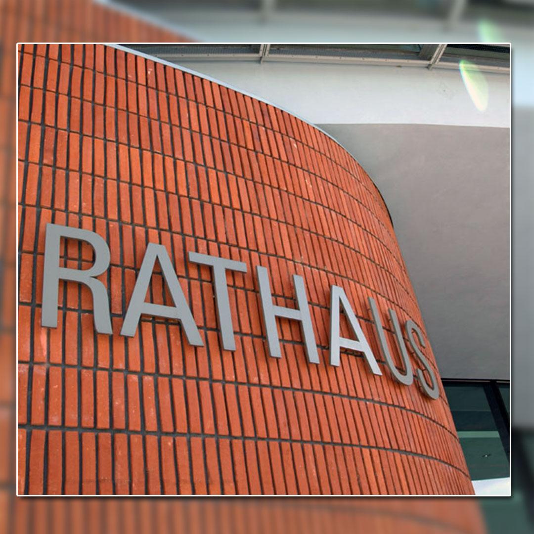 Außenwerbung mit unbeleuchtete-Buchstaben - Rathaus Hennigsdorf
